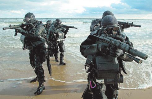 All Navy SEALS receive a complete instruction in underwater combat. About estaslíneas, a group of soldiers armed with submachine diver MP5 SD / navyseals.com